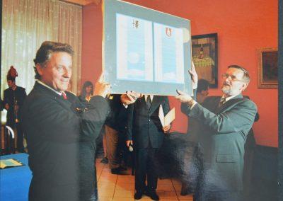 26 maja 2001 roku podpisanie umowy partnerskiej pomiędzy Powiatem Mikołowskim oraz Reńskim Powiatem Neuss