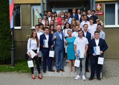 Wspólne zdjęcie stypendystów z władzami powiatu wrzesień 2019